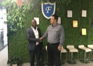 尼日利亚神秘访客造访中福瑞达总部,现场体验单向防暴玻璃的神奇魅力