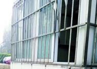 """【警惕】栏杆式防盗窗频现""""漏洞"""" 青岛多家住户防盗窗被撬"""