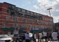 丰台一大厦顶层大面积坍塌 楼下多辆汽车被砸
